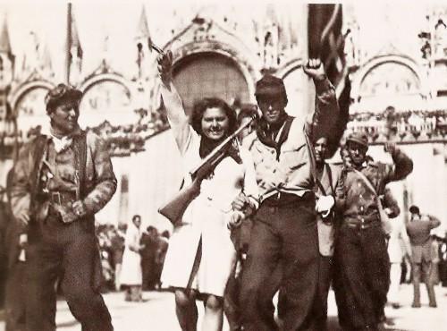 Partisanen auf dem Markusplatz in Venedig am Tag der Befreiung Italiens.  Bild: Public Domain