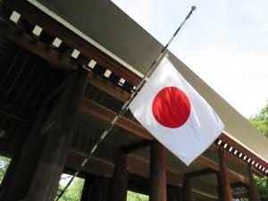 Die japanische Flagge am Yasukuni-Schrein auf Halbmast, Ausdruck der Trauer um die Kriegstoten. Foto: Torsten Weber