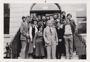 Direktor Wolfgang J. Mommsen mit Mitarbeiterinnen und Mitarbeitern